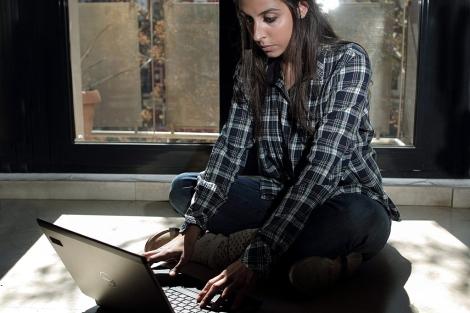 Los adolescentes son el colectivo más vulnerable por la adicción a internet. | Efe