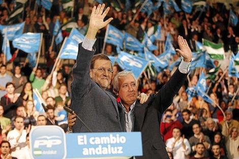Mariano Rajoy, con Javier Arenas, en un mitin en Málaga el pasado día 10. | Efe