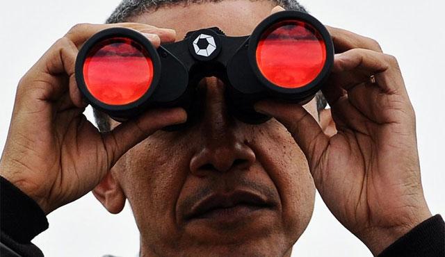 Obama mira a través de unos prismáticos hacia Corea del Norte. | Afp