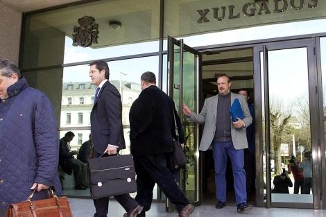 El empresario lucense (derecha), saliendo del juzgado de Lugo este martes. | Efe
