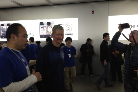 El consejero delegado de Apple, Tim Cook, en una Apple Store de Pek�n. | Reuters