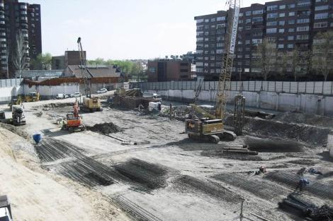 Aspecto actual de las obras en el solar, junto a la Plaza de conde Casal de Madrid. | E. M.