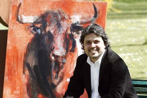 El pintor colombiano Diego Ramos Ramírez junto a la obra. | Efe
