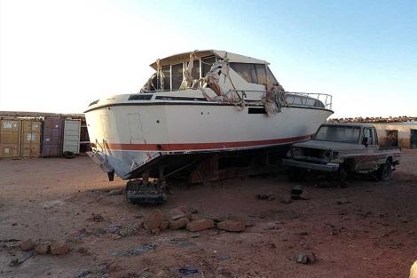 El barco, varado en el desierto de la Hamada argelina. | M.C.