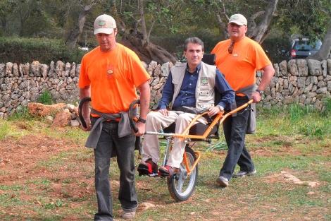 Las sillas, conducidas por voluntarios, permitirán acceder a todos los parques naturales | Caib