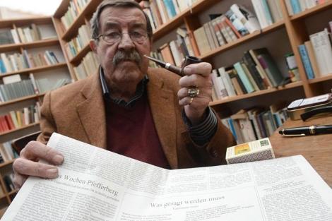 Grass, con el diario alemán en que publicó el polémico poema.   Afp