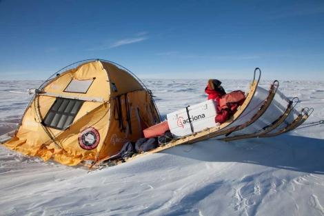 El catamarán polar, atravesando unos 'strugis' en la última expedición. | Javier Selva