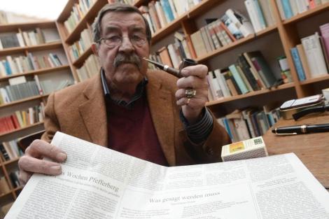 Günter Grass muestra su controvertido poema en su casa de Behlendorf.   Afp