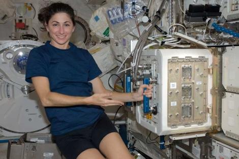 La astronauta Nicolle Stott junto al módulo en el que viajaron los ratones. | NASA