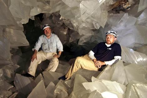 Los investigadores García-Ruiz y Van Driessche, en la cueva almeriense de Pulpí. | Javier Trueba
