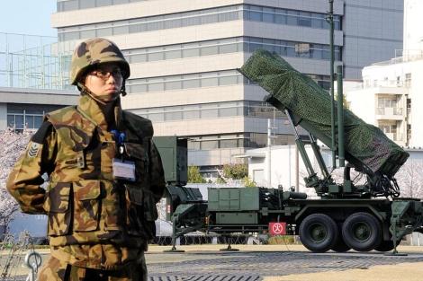 Un soldado monta guardia ante los misiles desplegados en Tokio. | Afp
