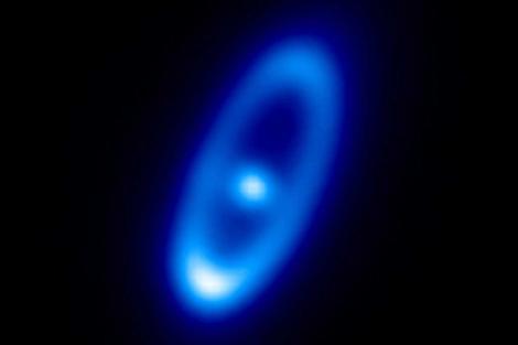 La estrella y el disco de polvo que la rodea. | ESA/Herschel/PACS/Bram Acke, KU Leuven, Belgium