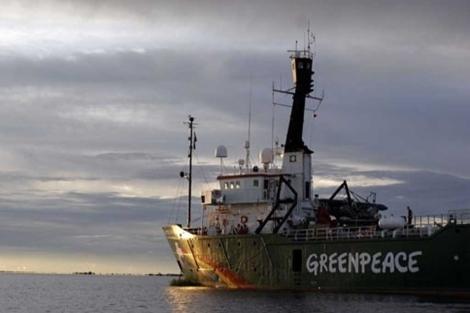 El barco 'Arctic Sunrise', de Greenpeace, atracado en la zona como señal de protesta.