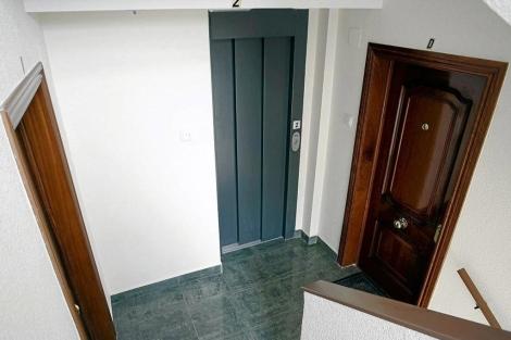 Rellano de dos pisos con ascensor. | Pablo Requejo