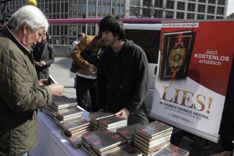 Regalo del Corán en Berlín. | Reuters