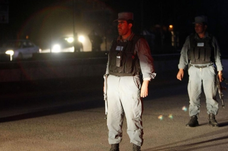 Controles de la polica afgana anoche en Kabul. | Reuters