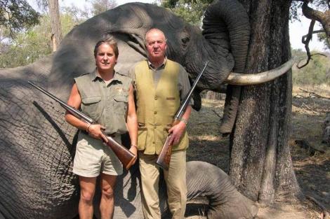 El rey posa con un elefante abatido en Botsuana junto al guía cinegético.