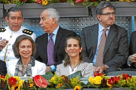 Carlos García Revenga, detrás de la Infanta Elena, en un partido de tenis. | David Moiron