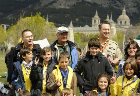 El Rey Gustavo de Suecia, en El Escorial, con los scouts. | AFP