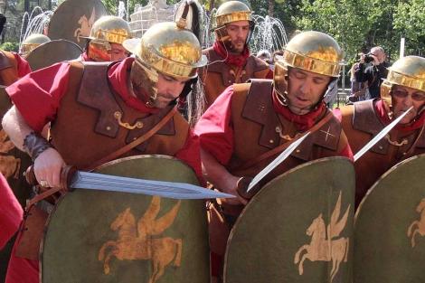 Los legionarios romanos recrean una formación de ataque. | Carlos Márquez