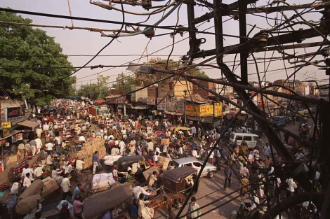 Una calle atestada de gente en India. | Ap