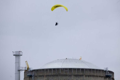 El activista sobrevuela un reactor de la central. | Greenpeace