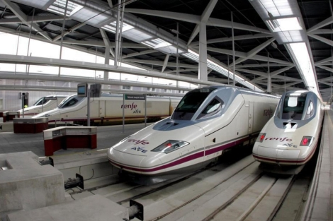 Trenes en la estación Joaquín Sorolla. | Vicent Bosch