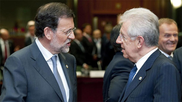 Rajoy conversa con Monti al inicio de la reunin en Bruselas. | Efe