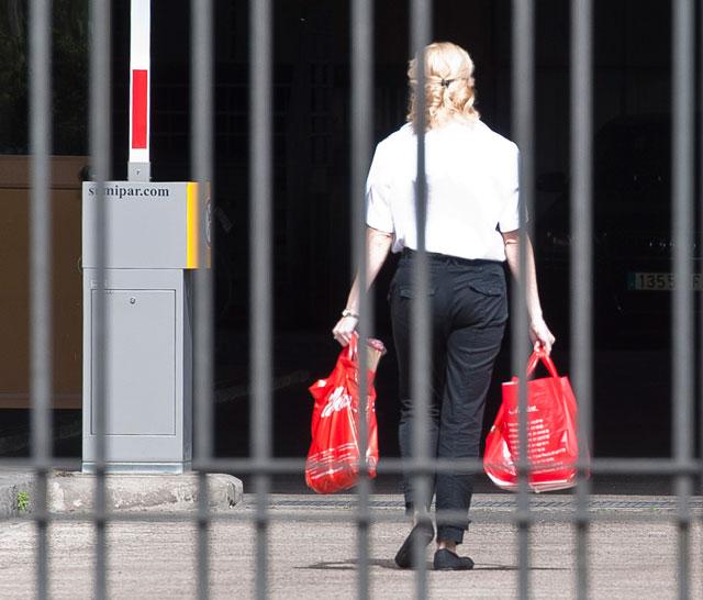 Una funcionaria entra en el ministerio de Economía con bolsas de comida. | Gonzalo Arroyo