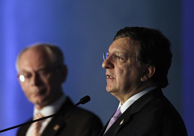 El presidente de la Comisión Europea, Jose Manuel Durao Barroso (dcha.), junto al presidente del Consejo Europeo, Herman Van Rompuy. | Reuters