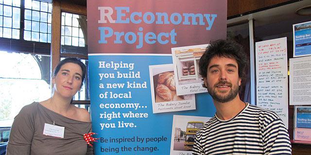 Filipa Pimentel, directora del 'hub' de grupos de transición, y Juan del R'io, cofundador de Transición Sostenible en Londres. | C.F.