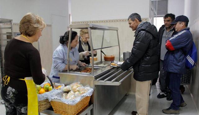Varis personas en un comedor social en Madrid. | Antonio Heredia