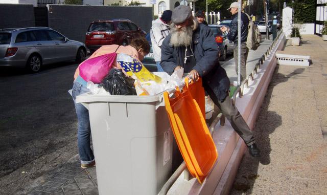 Mendigos buscando en la basura. | Carlos García Pozo