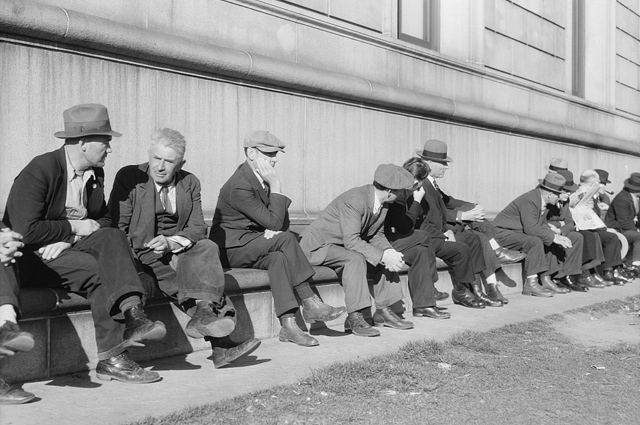 Parados sentados al sol en San Francisco, California, en 1937. | Dorothea Lange (Library of Congress)