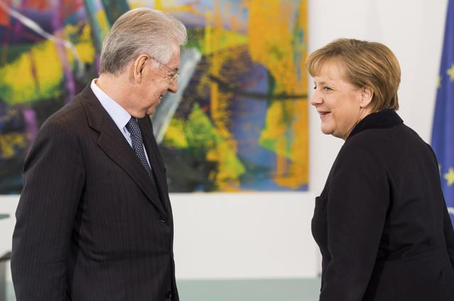 El primer ministro italiano, Mario Monti, junto a la canciller alemana. | Getty