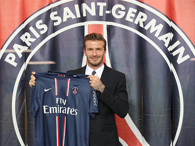 David Beckham posa con la camiseta de su nuevo equipo. | Afp