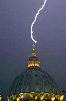 Un rayo cae sobre la cúpula de la Basílica de San Pedro