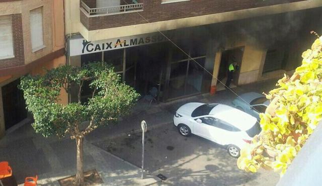 Estado en el que ha quedado la fachada de la sucursal bancaria tras el suceso.   Foto: E.M.