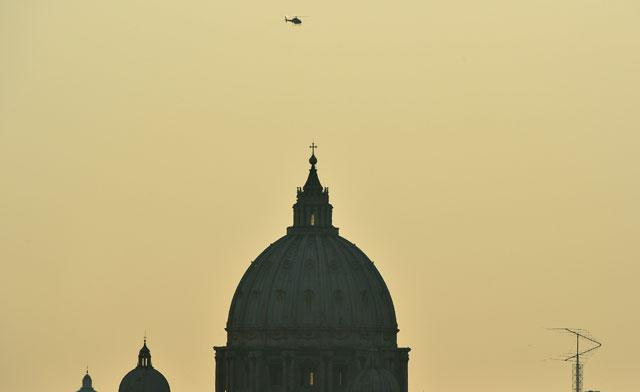 El helicóptero que traslada a Benedicto XVI sobrevuela el Vaticano. | Afp