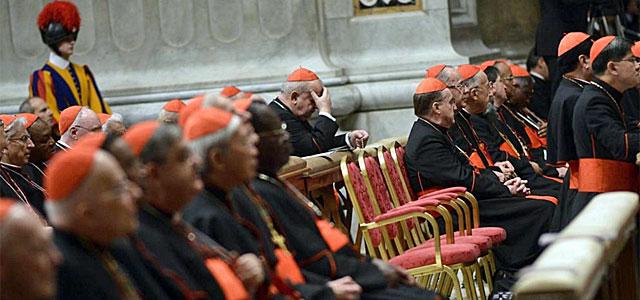 Varios cardenales rezan durante la Congregación.  Efe