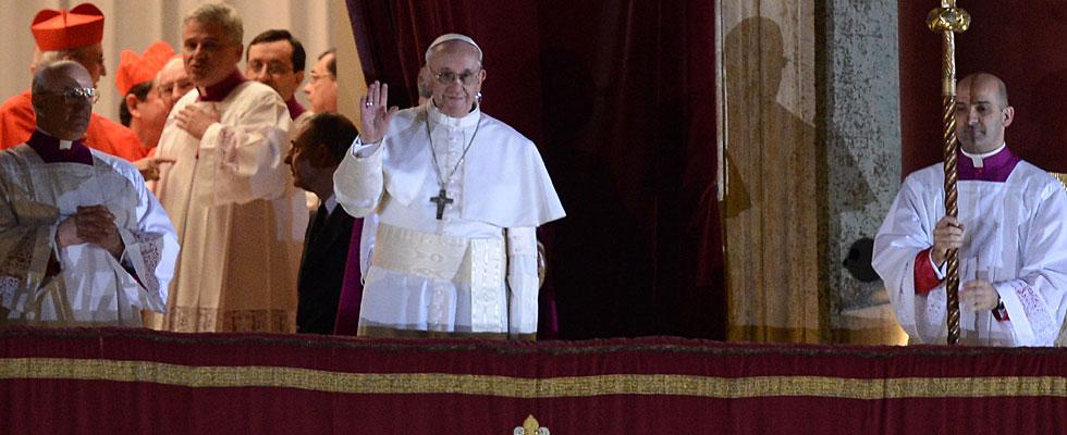 El nuevo Papa saluda a la multitud congregada en la plaza del Vaticano.| Afp