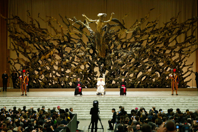 El papa Francisco , en su tercer día de pontificado, ha recibido hoy, en el Aula Pablo VI del Vaticano, a los miles de periodistas , cámaras de televisión y fotógrafos de todo el mundo que han cubierto el cónclave. | Efe
