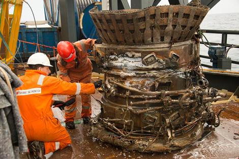 Uno de los motores ya en la superficie. | Afp