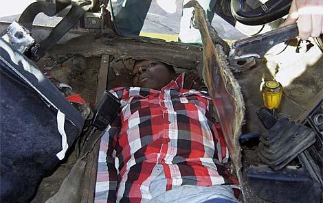 Un subsahariano oculto en el doble fondo de un coche en Melilla. | Efe