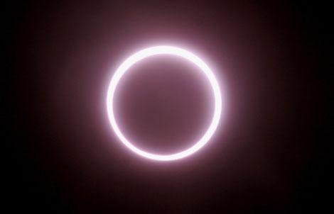 El disco solar cibierto por la Luna en un eclipse solar anular. | Reuters