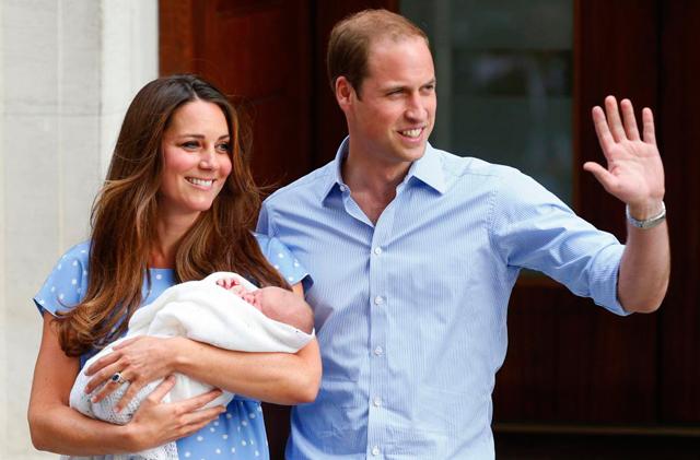 Los duques de Cambridge presentan a su hijo en público. | Reuters