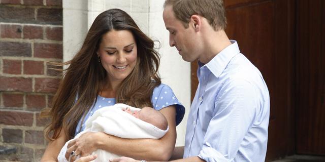 Los duques de Cambridge presentan en público al pequeño George. | Reuters