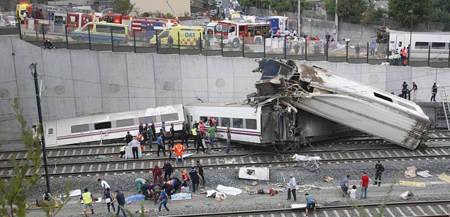 Estado en el que ha quedado el tren tras descarrilar esta noche. | Efe