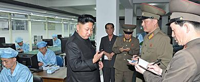 Kim Jong-un observa el nuevo móvil norcoreano. | Reuters