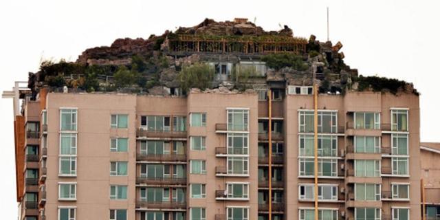 Mansión construida en la azotea de un edificio en Pekín. | Afp
